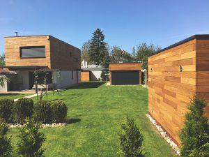 Montáž exteriérovej fasády domu a garáže z exotických drevín.