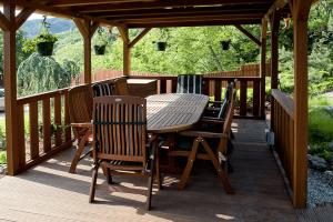 Exteriérová drevená terasa s drevenými doplnkami na mieru - stôl, stoličky.