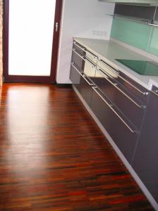 Montáž a renovácia masívnej podlahy z exotického dreva, pokladanie parkiet