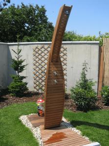 Exteriérové doplnky na mieru - drevená sprcha v záhrade.